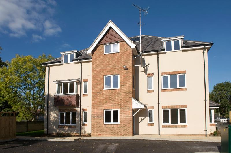 Modern, spacious ground floor apartment, walking distance to Horsham town centre, vacation rental in Mannings Heath