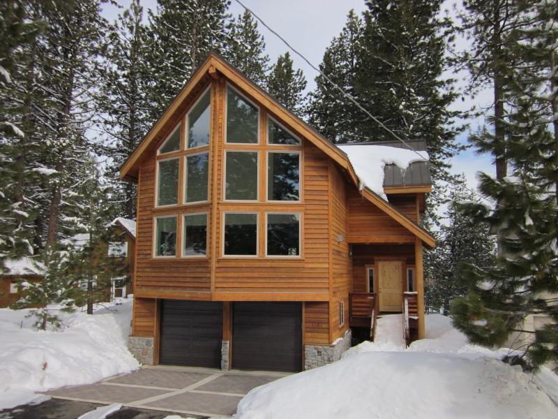 Al frente de la casa con la entrada climatizada durante el invierno. Muy seguro y de fácil acceso en cualquier momento!!!!