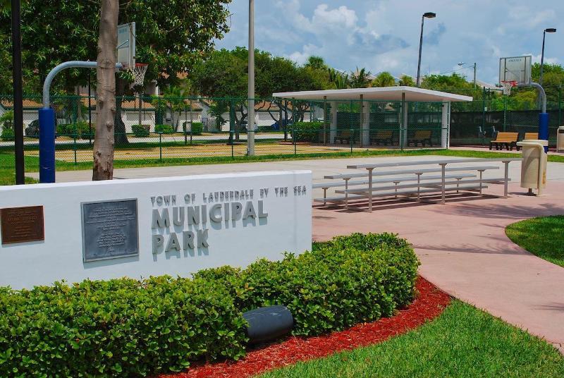 Lauderdale por el parque de Municipal mar (tenis, baloncesto, fútbol & área del ejercicio) en las inmediaciones...