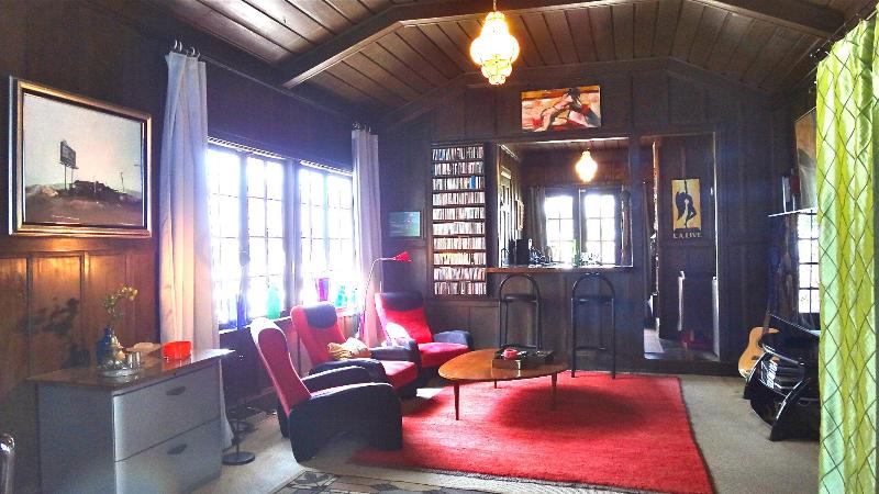 590 sqft of classic Hollywood style condo with media center