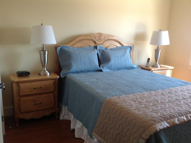 Dormitorio principal con cama Queen Size, 2 mesas y lámparas