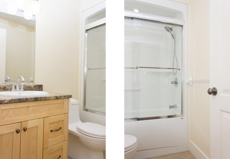 Bañera/ducha en el baño con puertas de cristal