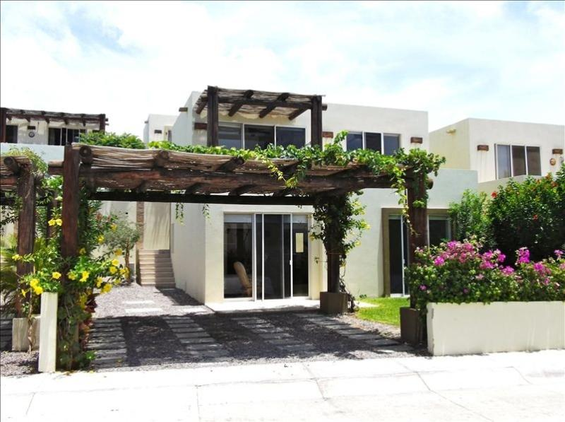 Confortable House in Cabo Exclusive Quiet and Gated Comunity Ocean View, holiday rental in Los Cabos