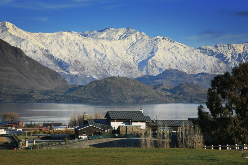 Private holiday home with tennis court & hot tub and views of Lake Wanaka., holiday rental in Lake Hawea