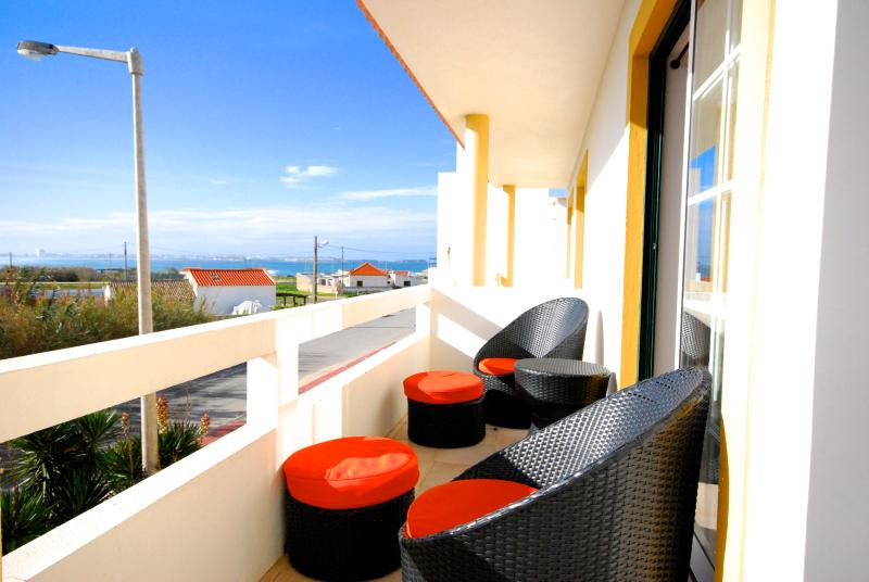 Catarina House, 3 bedroom house with shared pool, vacation rental in Peniche