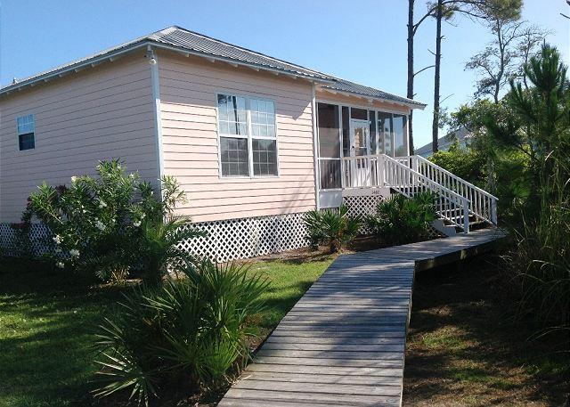 Beautiful Cottage located between the Bay and the Gulf!, alquiler de vacaciones en Fort Morgan