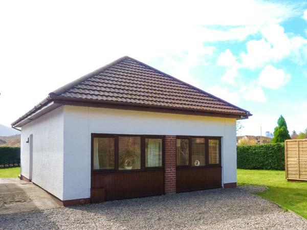 COOINDA COTTAGE, detached, single-storey, mountain views, Loch 2 mins walk, location de vacances à Lochailort