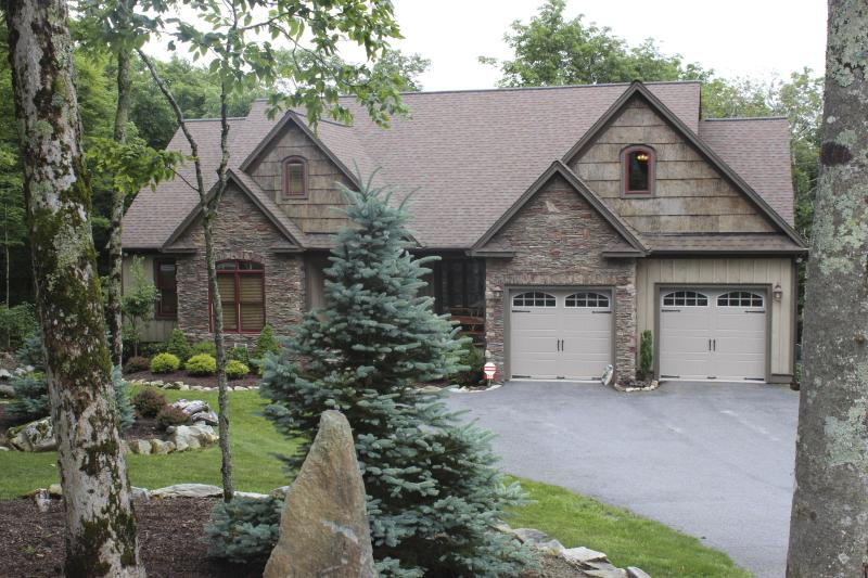 The Trinity on Sugar Mtn w/5BR's, Firepit, Hot Tub, Pool Table, vacation rental in Banner Elk