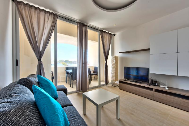 Outstanding Views Tigne Seafront 3-bedroom Apartment, vacation rental in Sliema