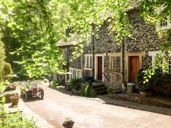 73 RAVENSDALE COTTAGE, woodburner, en-suite, off road parking, split-level, holiday rental in Foolow
