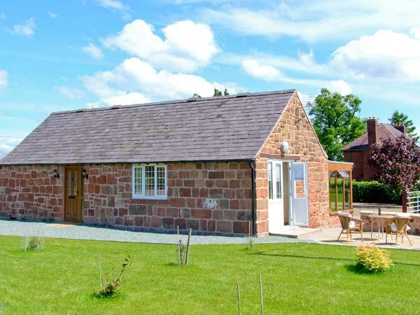 BYRE COTTAGE, detached, stone-built barn conversion, single-storey, sun room, vacation rental in Bagley
