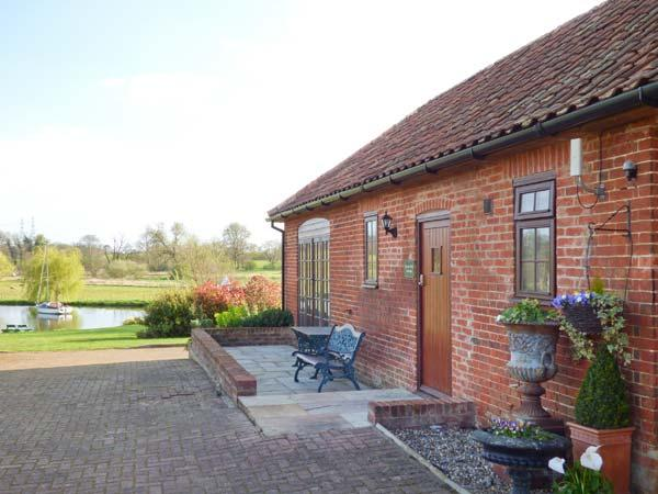 BARN OWL COTTAGE, all ground floor, parking, shared lawned garden, in, holiday rental in Blaxhall