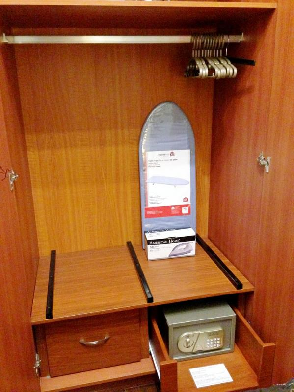 Placard avec / mini-coffre-fort coffre-fort, tiroirs, cintres, fer et planche à repasser