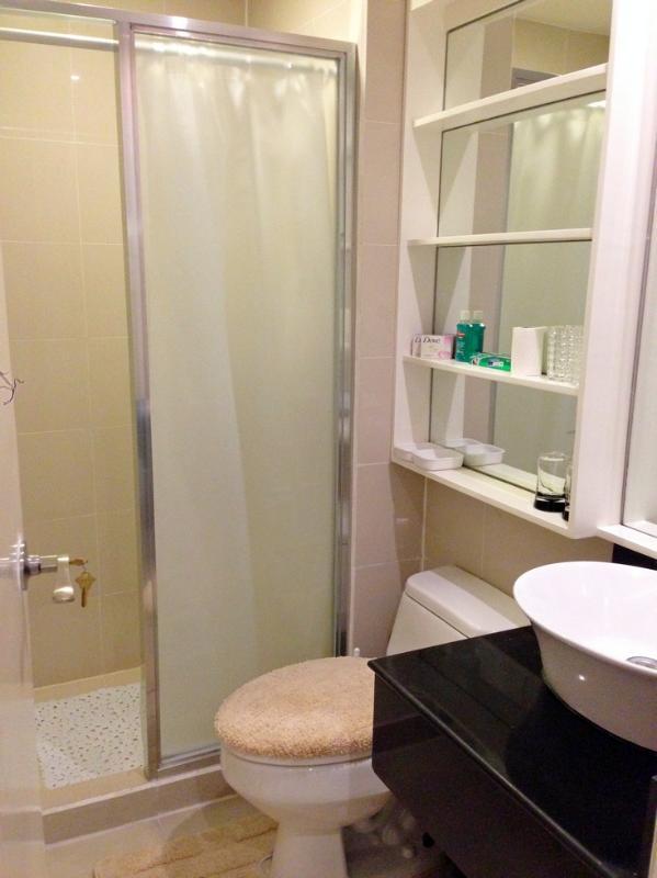Salle de bains avec douche chaude et froide / chauffe-eau multiple