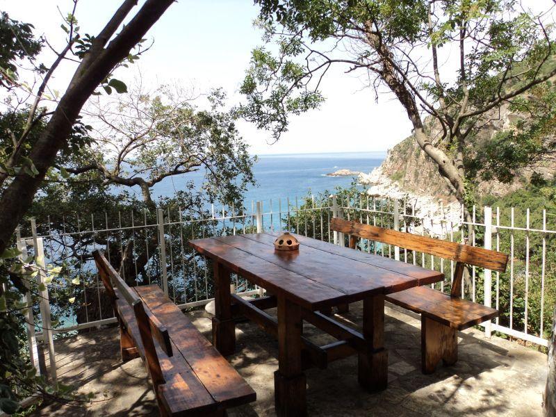 Table en bois sous la plage