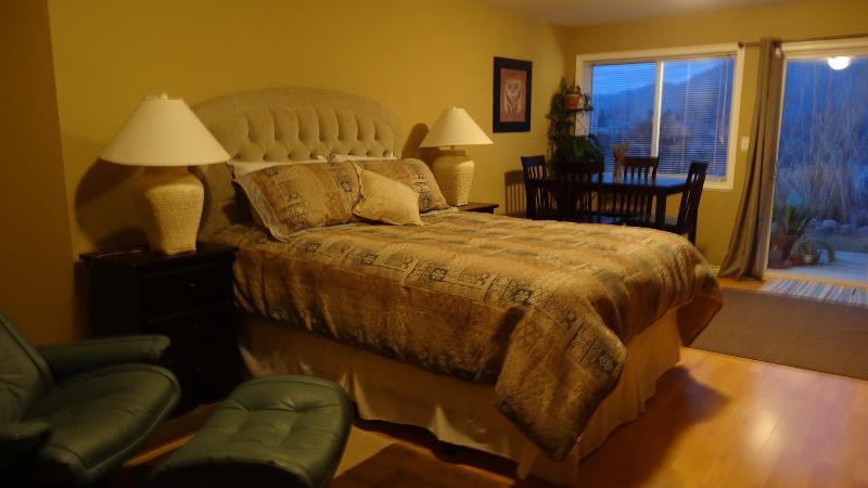 Dormitorio privado, brillante con vistas
