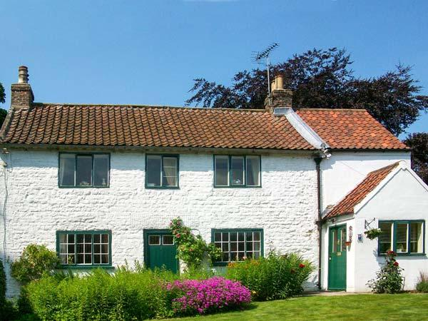THE WHITE COTTAGE, detached, woodburning stove, parking, garden, in, holiday rental in Kilham