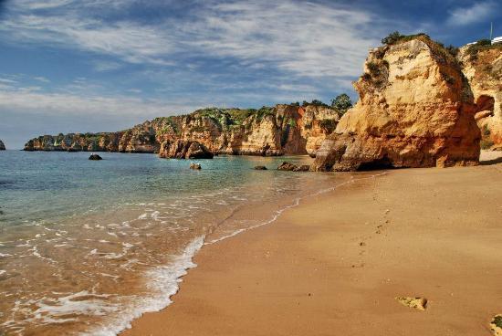 Surplombant la plage D. Ana