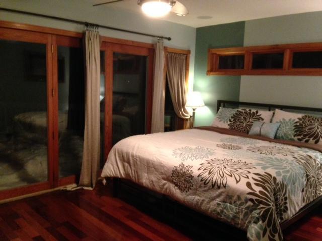 'De zonsopgang' kamer is de Master slaapkamer met toegang tot het dek, att'd badkamer en open haard.