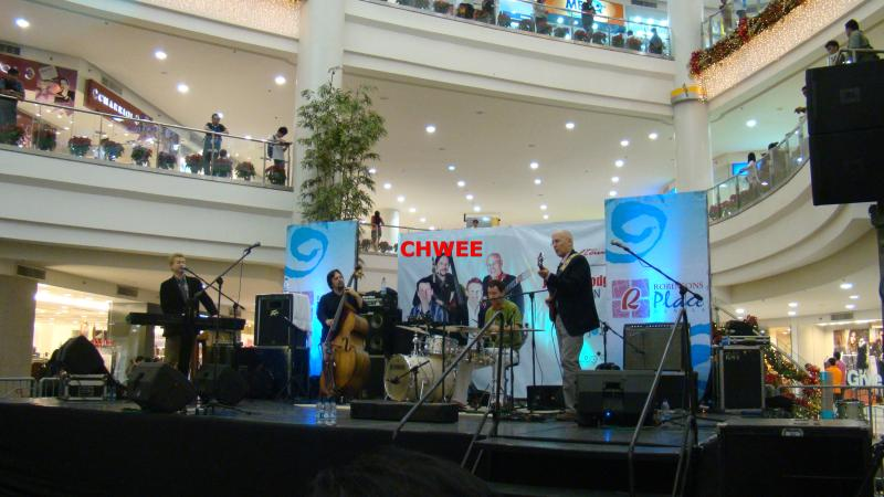 MUSIKGRUPPE GIANT ROBINSONS PLACE SHOPPING MALL NEBENAN