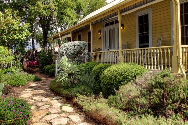 Gruene's Yellow Haus - 2 block walk to Gruene Hall, location de vacances à New Braunfels