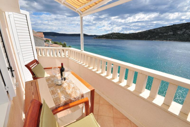 Beach Front Apartment with Balcony, vacation rental in Vinisce