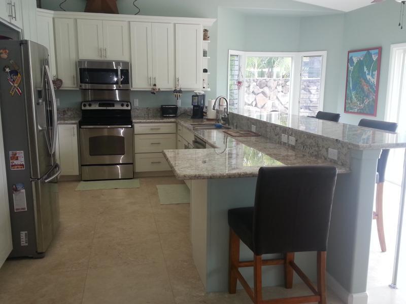 Grote keuken met volledige grootte toestellen en toegang tot zwembad en lanai