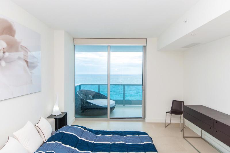 Dormitorio con vista directa al mar
