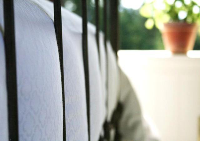Vackert strukna franska sängkläder över ett duntäcke