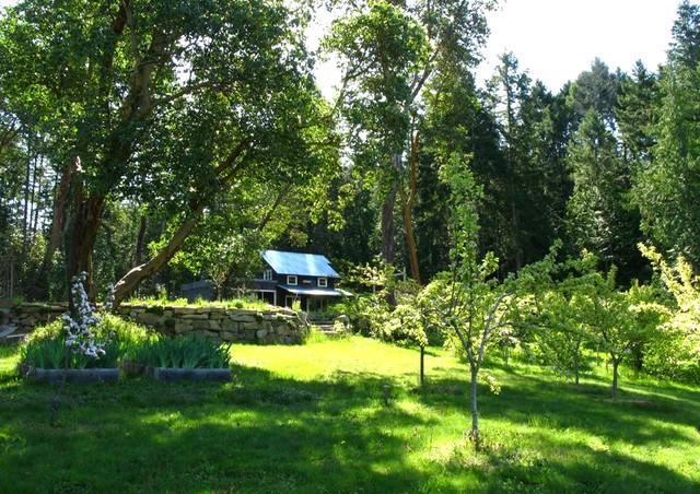 Visa Bloom och blå häst Art Gallery från fruktträdgården nedan.
