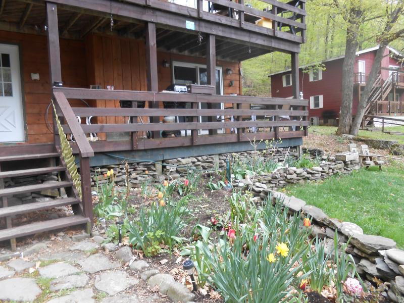 Verandan har utsikt över blomsterträdgården.