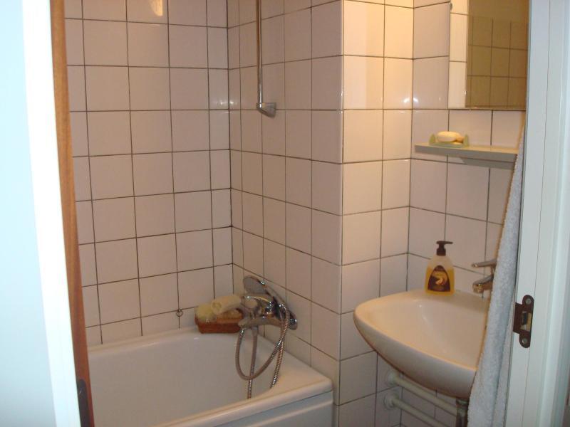 salle de bains avec baignoire (toilettes dans une autre pièce)