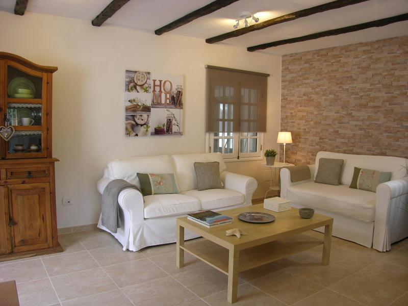 Sala de estar confortável e aconchegante para relaxar, ler um livro ou beber um copo de vinho.