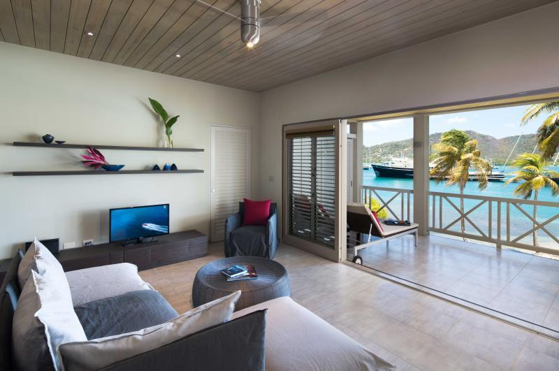 Terrasse et salon de Condo front de mer