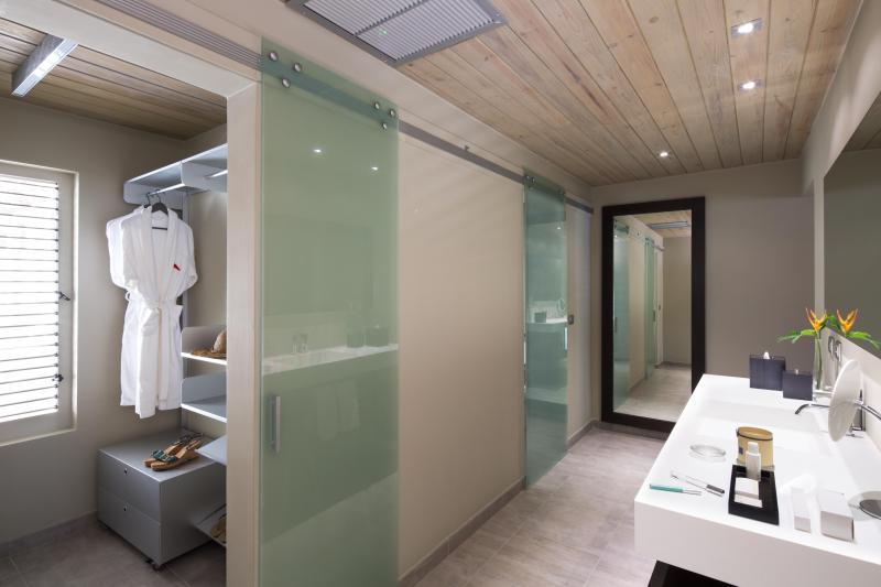 Seafront Condo en suite walk-in closet and bathroom