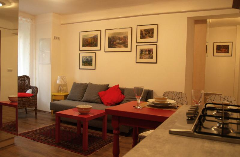 Charming Art Studio Apartment off Andrassy Avenue, holiday rental in Mogyorod