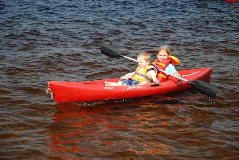 Clyffe House: Niños disfrutando de uno de los kayaks