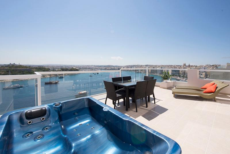 Amazing Views Seafront 3-bedroom Penthouse, vacation rental in Sliema