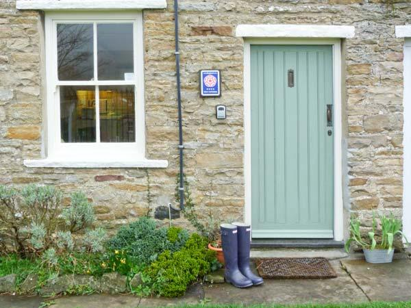 LAVENDER COTTAGE, romantic cottage with open fire, patio, heart of Askrigg Ref, holiday rental in Raydale
