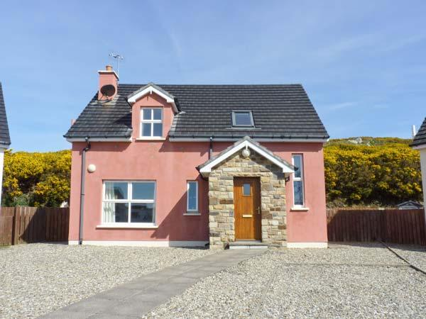 THE HOLIDAY HOUSE, detached, en-suite, open fire, off road parking, patio, in, vacation rental in Ardara
