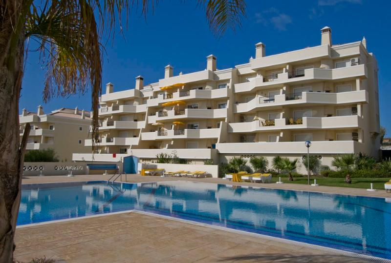 Luxury air conditioned apartment with sea views and large balcony with barbeque, holiday rental in Sesmarias