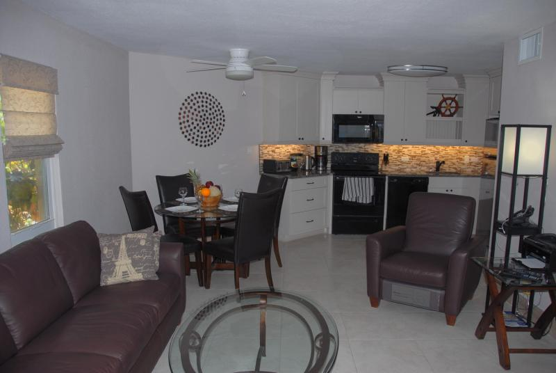 Cayman Reef Resort #1 - Renovated Seven Mile Beach, holiday rental in Seven Mile Beach