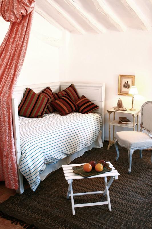 Single bed in bedroom 5