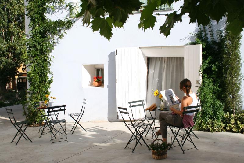 Onze kleine ruimte uit - een rustige plein die we kunnen gebruiken. Onze sidewalk café ;-)