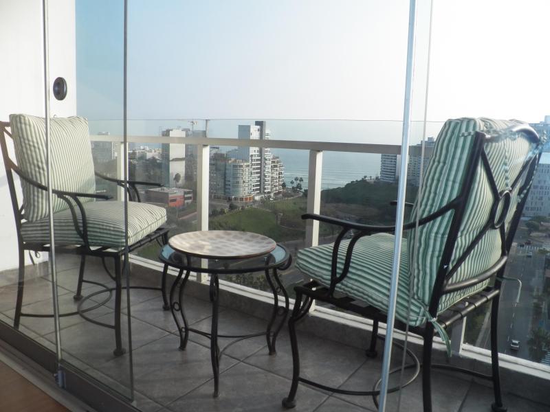 Vue panoramique sur l'océan depuis le balcon