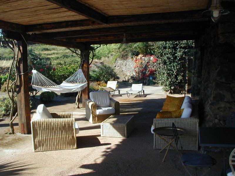 Pergolato con sofás y sillones