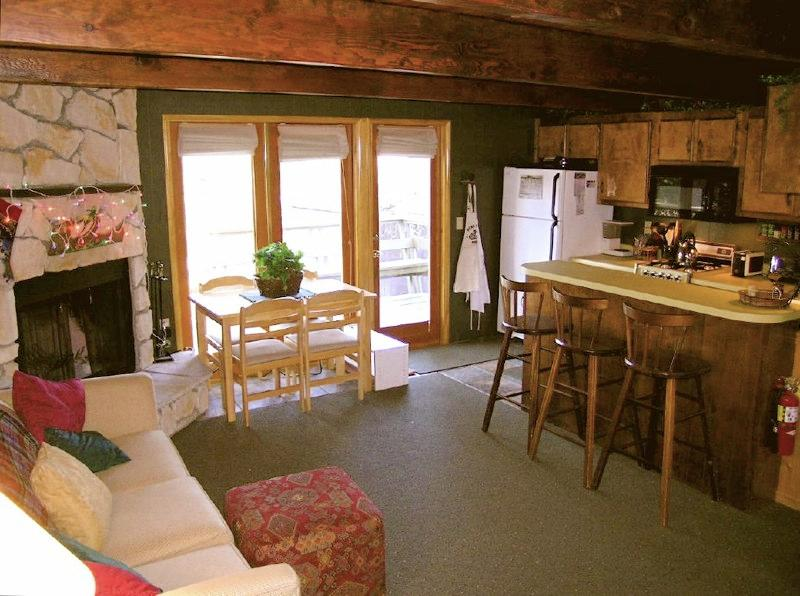Adorable Cozy Cabin In Big Bear aka 'Bear's Trail'- Tree house Cabin, alquiler de vacaciones en Big Bear City