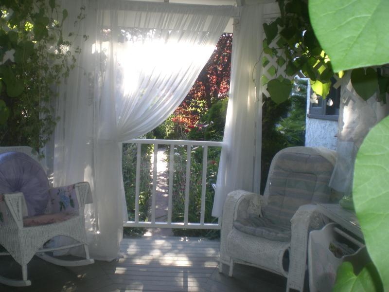Cenador cubierto que es espacio de la puerta junto con el área totalmente privado abierto patio privado para los huéspedes