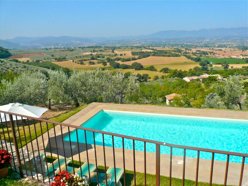 Enjoy panoramic views from this 16th century house with private pool., vacation rental in San Giacomo