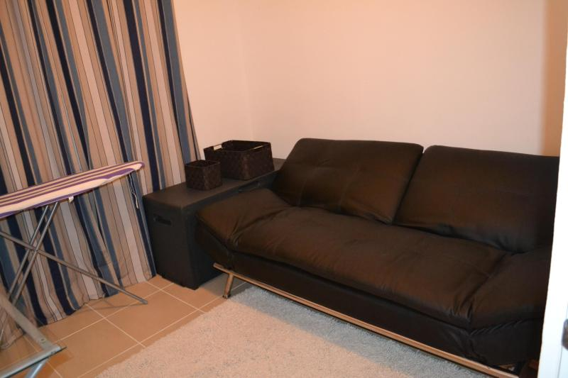 Tercera habitación con futón que se convierte en una cama de tamaño completo.